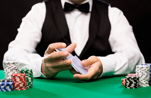 croupier assis à une table de jeu